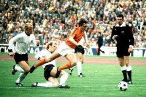 1974: Tackle van de toen 22-jarige Uli Hoeneß (bron foto: http://www.eatsport.net/)