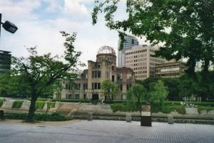 Japan, Hiroshima, 13 augustus 1945: ruïne van het voormalige Hiroshima Prefectural Promotion Hall, één van de weinige bouwwerken dat nog (gedeeltelijk) overiend stond in het cenbtrum van Hiroshima na de inslag van de atoombom (foto: René Hoeflaak)