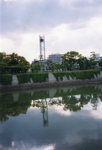 Hiroshima, 13 augustus 2001: Eén van de drie klokken op het Peace Memorial Park (foto: René Hoeflaak)