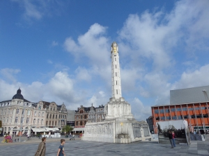 België, Leuven: Martelarenplein met het Vredesmonument ter nagedachtnis van de slachtoffers van de Eerste Wereldoorlog (foto: René Hoeflaak)