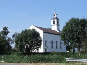 1 augustus 2014: Wit kerkje aan de rand van Simonshaven. Het kerkje is gebouwd op een vluchtheuvel ter bescherming tegen overstromingen op het eiland Putten (foto: René Hoeflaak)