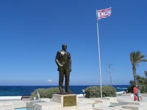 Cyprus, Girne; Cypriotische vlag met standbeeld van Mustafa Kemal Atatürk, de grondlegger van de Turkije (foto: René Hoeflaak)
