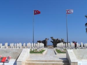 Noord-Cyprus: Militaire begraafplaats bij  de kustplaats Karaoğlanoğlu, vernoemd naar kolonel Halil İbrahim Karaoğlanoğlu, die samen met tientallen andere militairen omkwam bij een Grieks bombardement in juli 1974 (foto: René Hoeflaak)