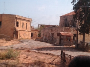 Noord-Cyprus: Afgesloten en verlaten spookwijk Varosha in Famagusta. De wijk werd in enkele uren verlaten door de Griekse bewoners en wordt al veertig jaar bewaakt door Turkse militairen (foto: René Hoeflaak)