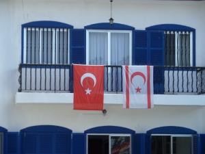 Turkse en Cypriotische vlag aan het balkon van het Blauwe Huis, Noord-Cyprus (foto: René Hoeflaak)