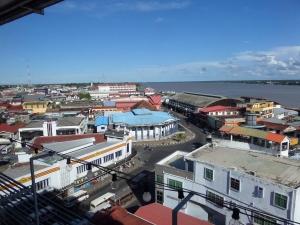 Suriname, Paramaribo, 18 november 2014: Uitzicht over de stad vanaf het hoogste gebouw van de stad, het hoofdkantoor van de Hakrinbank (foto: René Hoeflaak)