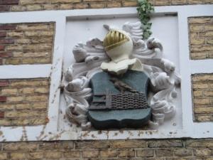 Siersteen met een piet (vogel) op een heining in gevel aan de Piet Heynstraat 6 (foto: René Hoeflaak)