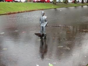 Rotterdam, standbeeld in Crooswijksesingel. Dood of levend? je weet het maar nooit!!