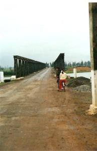 Vietnam, 4 januari 1995: Hiền Lương bruggen. Tot 1975 de grensbrug tussen Noord- en Zuid Vietnam (foto: René Hoeflaak)