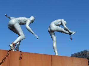 Rotterdam, 8 maart 2014: de dansende slaven van het slavernijmonument (foto: René Hoeflaak)