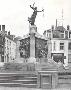 Turnhout, m idden twintigste eeuw. Standbeeld Madelon met zwaard (bron: forumeerstewereldoorlog.nl)