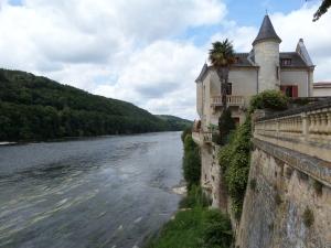 Frankrijk, Lalinde: rechts toeristen informatiecentrum, links de Dordogne   (foto: René Hoeflaak)