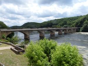 Frankrijk, Lalinde, 31 mei 2015: de in 1882 opgeleverde  Brug over de  Dordogne rivier (foto: René Hoeflaak)