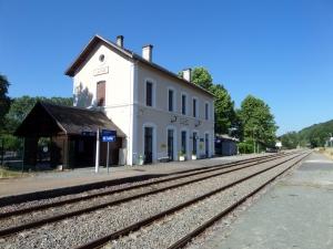 5 juni 2015: Frankrijk, treinstation Lallinde. Gemiddeld eens per twee uur rijdt er een stoptreintje van Lalinde naar Bergerac en/of Sarlat. (foto: René Hoeflaak)
