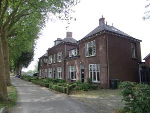 Woudrichem, Rijkswal: Voormalige kazerne Koninklijke Marechaussee (foto: René Hoeflaak)