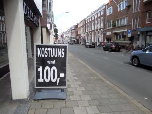 Den Haag, 30 juli 2015:  Kostuums te koop op de Laan van Meerdervoort.  Drees is zelden of nooit gezien in vrije tijds kleding (foto: René Hoeflaak)
