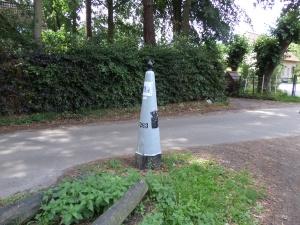 31 juli 2015: grenspaal 263, markering van het hoekpuntige Nederlands-Belgische grenspunt aan de Antwerpsebaan bij Ossendrecht (foto: René Hoeflaak)