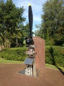 Marken, 29 augustus 2015: het 3.5 meter hoge oorlogsmonument  voor de bemanning van de bommenwerper Short Stirling BK 710. (foto: René Hoeflaak)
