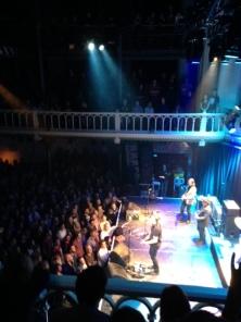 Jason Isbell met band op het podium van Paradiso in Amsterdam op 15 januari 2016. (Iphone foto van René Hoeflaak)