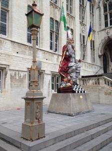 België, Sint-Niklaas, 9 januari 2016: standbeeld Sinterklaas bij de ingang van het stadhuis (foto: René Hoeflaak)