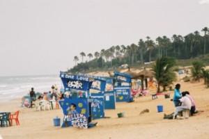 Februari 2005, Gambia: weinig handel bij de strandkraampjes op het strand van Kotu. (foto René Hoeflaak)
