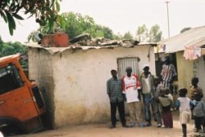 Taxi driver Little Mustapha (links) voor zijn huis in een buitenwijk van Serrakunda, februari 2005. (foto René Hoeflaak)