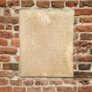 Buren, gedenksteen in de muur van de St. Lambertuskerk (foto: René Hoeflaak)