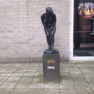 Enschede, Loenshof, 9 juli 2016: beeld Wassende vrouw (foto: René Hoeflaak)