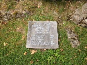 Zwitserland, Rigi-Kaltbad, 15 september 2016; gedenksteen voor vier slachtoffers van de hotelbrand van 9 februari 1961 (foto: René Hoeflaak)