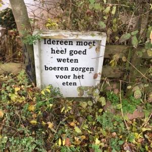 13 november 2016: bordje met tekst langs de Zuidbuurtseweg in Zoeterwoude-Dorp (foto: René Hoelfaak)