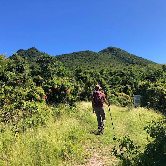 Marion Schroen, wandelend op Sint-Eustatius (foto: Leontine Durby)